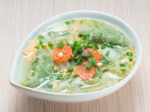 野菜と水餃子の中華風スープ